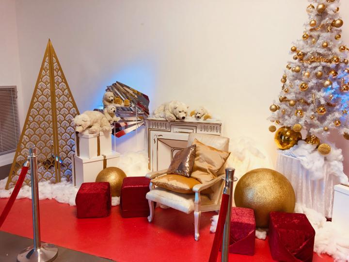 Un arbre de Noel au CGR, pour une entreprise, thème blanc et or.
