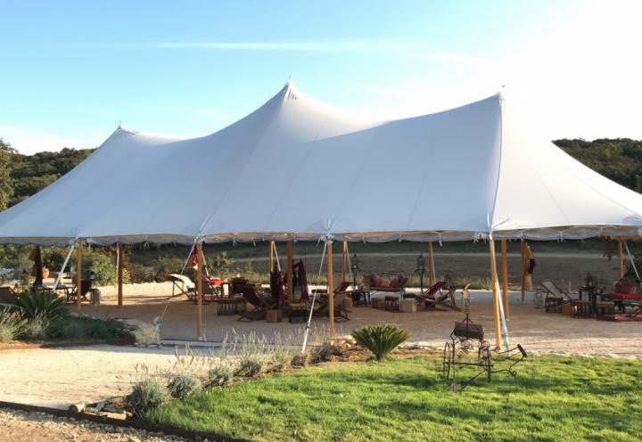 Une tente nomade décorée sur le thème oriental, en Provence