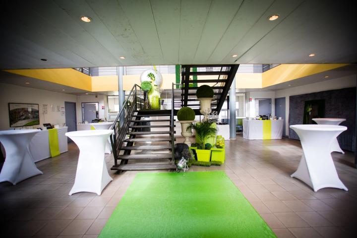 Location de mobilier de réception : Mange debout, buffets, guéridons, chaises